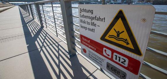 Die Stadt warnt vor dem Schwimmer im Rhein