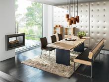 Individuell kann auch ein unflexibles Möbelstück sein: Anrei präsentiert einen Tisch aus einer nicht gerade zugeschnittenen Platte mit Rissen und Astlöchern. (Foto: Kölnmesse)