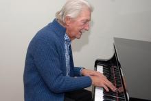 Last spielte früher Bass, heute sitzt er am Klavier, komponiert und arrangiert. (Foto: Helmut Löwe)