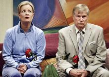 24 Ehejahre liegen hinter Leah (Claudia Rieschel) und Paul (Jochen   Busse). Foto: Thomas Grünholz /Theater am Dom