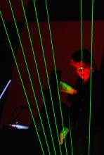 Licht wird zu Klang: Jarre an der Laserharfe. (Foto: Helmut Löwe)
