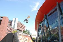 Atemberaubend: Hannes Ackermann demonstriert einen Stunt vor der Lanxess-Arena. (Foto: Fabian Radix)