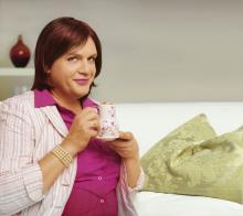 Lädt ein zum Kaffekränzchen: Gisela alias Hape Kerkeling