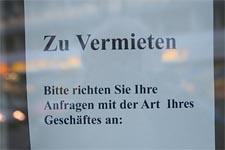 Solche Anzeigen hängen in vielen Schaufenstern an der Kalker Hauptstraße. Foto: Jürgen Schön