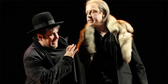 Sind sich ähnlicher als gedacht: Shylock (Bruno Cathomas, l.) und der Venezianer Antonio (Gerrit Jansen). Foto: Thomas Aurin / Schauspiel Köln