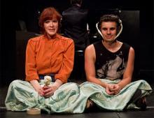 Noch sitzen sie einfach nur zusammen: Isolde (Fiona Metscher) und   Tristan (Jean Paul Baeck). @ Meyer Originals