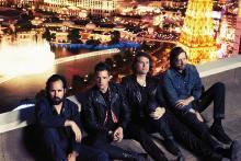 The Killers über den Lichtern der Großstadt. (Foto: Williams + Hirakawa)