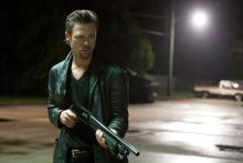 """Der Auftragskiller Cogan (Brad Pitt) mit geladener """"Pump Gun"""" im Anschlag (Foto: Wild Bunch Germany)"""