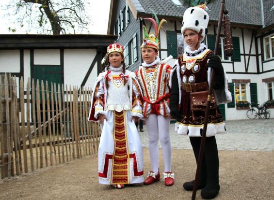 Das Wetter war trüb, die Stimmung gut: Kölns neues Kinder-Dreigestirn mit Jungfrau Victoria, Prinz Julian I. und Bauer Jacob stellt sich vor. Foto: Jürgen Schön