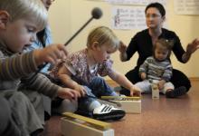 Kinder probieren Instrumente aus (Bild: ddp)