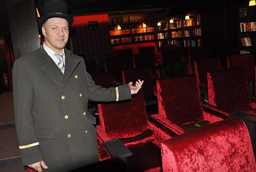 das alte residenz wird zum luxus kino. Black Bedroom Furniture Sets. Home Design Ideas