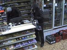 Mit Aufnahmen der Überwachungskamera macht sich Kioskbesitzerin Margret Ercan auf Facebook auf Verbrecherjagd. (Foto: Polizei Köln)