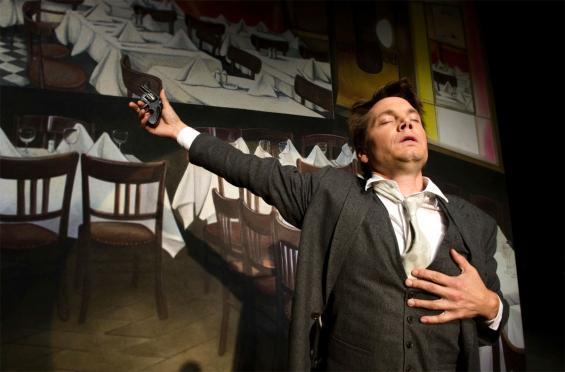 Marek Harloff als Martin Kippenberger: Der schoss in einer Bar auch einmal auf einen Eimer. Foto: Sandra Then/Schauspiel Köln