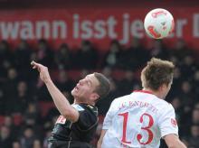 Der Kölner Thomas Bröker (l.) und Energie-Profi Julian Börner (r.) im Kopfball-Duell. Foto: dpa