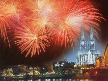 Taucht die Domstadt in ein nächtliches Farbenmeer: Feuerwerkspektakel Kölner Lichter im Sommer. (Foto: Veranstaltungsbüro Werner Nolden GmbH)