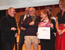 koeln.de-Chefredakteur Edgar Franzmann überreicht den Ehrentheaterpreis an das N.N. Theater. Foto: Jürgen Schön