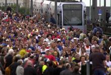 Die Läufer geben den Takt vor: Die KVB passen sich dem Köln-Marathon an. (Foto: ddp)