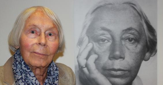 Sieht ihrer Oma verblüffend ähnlich: Jutta Bohnke-Kollwitz, hier neben einem Foto von Käthe Kollwitz. Foto: Jürgen Schön