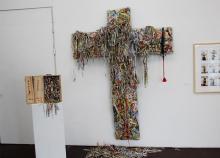 """Lisa Ciesliks """"Konsumkreuz"""" besteht aus zerschnittenen Verpackungen. Zu sehen in der Ausstellung """"Golgatha"""" im Stapelhaus. Foto: Jürgen Schön"""