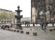 Die Kreuzblume vor dem Dom. Foto: Jürgen Schön