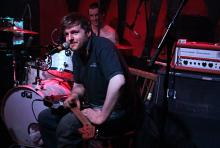 """Jonny Black wegen gebrochenen Fußes als """"Sitzgitarrist"""" auf der Bühne. (Foto: Helmut Löwe)"""