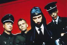 Martialisches Auftreten: Laibach polarisieren mit Klängen und Aussehen.