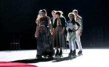 """Nicht nur Familie Kolomizew (hier ohne Vater Iwan) bewegt sich in der Inszenierung von Gorkis """"Die Letzten"""" auf Rollschuhen. Foto: David Baltzer / Schauspiel Köln"""