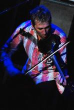 Geigt mit Gitarre und Bass um die Wette: Jon Sevink (Foto: Helmut Löwe)