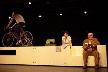 """""""Wolke 9"""": Inge ((Ursula Michelis) zwischen zwei Männern (Christian Ballhaus, l., und Walter Gontermann). Foto: Meyer Originals"""