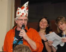 Moderator Helmut Frangenberg sang, tanzte und schunkelte eifrig mit dem Publikum
