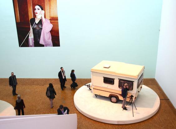 Phil Collins im Museum Ludwig: Langsam dreht sich die Wohnwagen, innen stillen Videos die Sehnsucht der Bewohner. Foto: Jürgen Schön