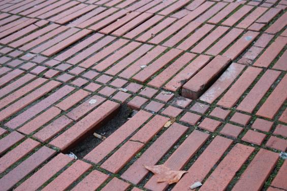 Das soll es bald nicht mehr geben: Fehlende, kaputte und hervorstehende Pflastersteine auf dem Heinrich-Böll-Platz und Umgebung. Foto: Jürgen Schön