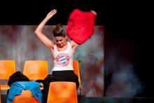 Ein Fremdkörper im doppelten Sinne: Julia Weiniger im Bayern-Shirt. Foto: Sandra Then/Schauspiel Köln
