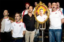 """""""Männer"""" im Schauspiel: Fußballfans besingen ihr Idol Lukas Podolski. Foto: Sandra Then / Schauspiel Köln"""