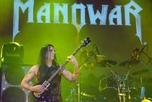 """Joey DeMaio: Der Bassist nennt sich selbst """"Professor des Rock"""". (Foto: Helmut Löwe)"""