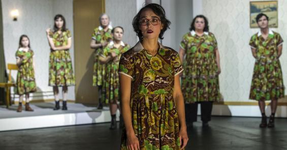 Mary Page Marlowe (Nicola Gründel, vorne) wird in einer Therapiesitzung mit ihrem Selbstbild konfrontiert. Foto: David Baltzer / Schauspiel