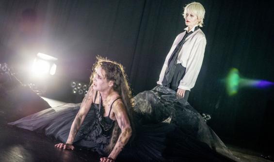 Haben wenig Glück in der Liebe: Medea (Melanie Kretschmann, l.) und Jason (Astrid Meyerfeld). Foto: Julian Roeder / Schauspiel
