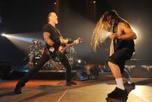 James Hetfield (li.) und Robert Trujillo: Die Rhythmusgitarren- und Bassfraktion des US-Metalquartetts. (Foto: ddp)