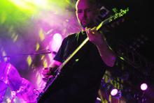 Moby hier mit Gitarre: Immer wieder wechselte er an Congas und Piano. (Foto: Helmut Löwe)