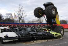 Ein Monstertruck bei einem Wheelie: Bereit, mit seinen riesigen Rädern alles zu zermalmen.