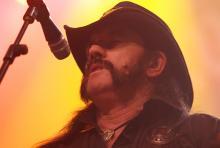 Lemmy Kilmister: brummelt ins Mikro, wummert am Bass. (Archivfoto: Helmut Löwe)