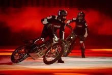 Zwei Stunt-Skater zeigen ihr Können auf Motorrädern. Ein rutschiges Unterfangen. (Foto: Stage Entertainment)