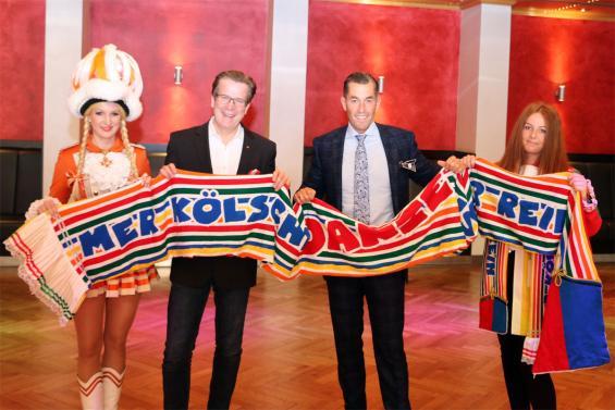 Präsentieren den neuen Mottoschal: Christoph Kuckelkorn (Präsident Festkomitee) und Herbert Geiss (Inhaber Deiters).  Foto: Festkomitee Kölner Karneva