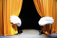 Riesen-Hände begrüßen das Publikum (Foto: Mummenschanz)