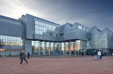 Blick auf das Museum Ludwig vom Heinrich-Böll-Platz. (Foto: Tomas Riehle/arturimages)