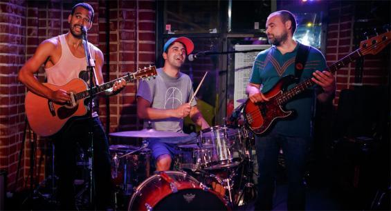 Der australische Singer-Songwriter Joel Havea spielt am 7. November mit seinem Trio im Küchen-Loft an der Bonner Straße.