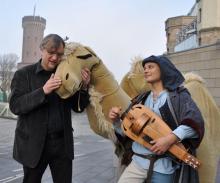 """""""Das Kamel ist mein Lieblingstier"""" Bezirksbürgermeister Andreas Hupke (li.) und Olaf Krause (re.) vor Schauspielern im Kamel-Kostüm – auf dem Weihnachtsmarkt gibt es dann ein echtes Tier zu sehen."""