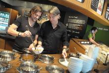 Gründer Heiner Raschhöfer (li.) und Geschäftsführer Tim Koch (re.) an den Curry-Töpfen. (Foto: Helmut Löwe)