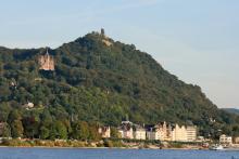 Der Drachenfels hoch überm Rhein. Foto: Zweckverband Naturpark Rheinland