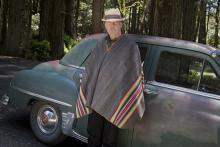 Neil Young: älterer Musiker vor älterem Auto - beides noch gut in Schuss.